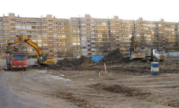 Начало разработки котлована для строительства поликлиники в Красносельском районе г. Санкт-Петербурга