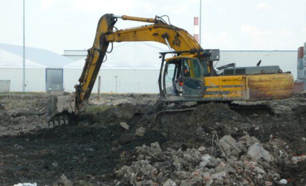 Далее шли работы по обратной засыпке песка объемом 20 000 м3 с послойным уплотнением виброкатком HAMM 3412.